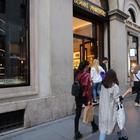 Furto da 26mila euro da Louis Vuitton: «Vigilante distratto, i ladri hanno rubato 11 scatoloni»