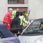 Milano, morto il bimbo caduto dal secondo piano a scuola. Si indaga per omicidio colposo. Il sindaco Sala: «Giorno doloroso per la città»