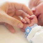 Il figlio nasce senza dita di una mano, 25enne choc: «Ora mi farò sterilizzare»