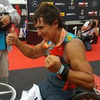 Alex Zanardi vince l'Iron man e per primo al mondo abbatte il muro delle 9 ore