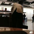 Londra, litiga con il capo al cellulare e prende a pugni il pc: finta sfuriata in aeroporto