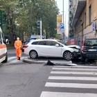 Milano, schianto all'alba: auto sul marciapiede all'incrocio, strage sfiorata
