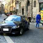Ascoli, non trova parcheggio e allora lascia l'auto in mezzo alla strada e se ne va FOTO