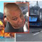 Milano, autista senegalese dà fuoco al bus con 51 studenti: arrestato per tentata strage