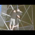 Il cantante Nino D'Angelo in bilico sul traliccio a Gaeta