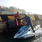 Spiderman cercava i poteri perduti tra le banchine del porto: preso dalla polizia