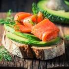 Salmone, avocado e cioccolato fondente mantengono sana e idratata la pelle