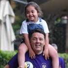 Matteo Renzi attacca Rocco Casalino e pubblica la foto con la nipote affetta da sindrome di down: «Parole schifose, squallide, va licenziato»