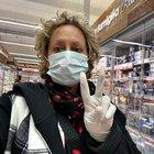 Carolyn Smith e la foto con la mascherina al supermercato: «Io non ho scelta, devo fare così»