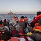 Mediterranea, migranti sbarcati a Lampedusa. Il capitano: «Qualche agente, di nascosto, mi ha ringraziato»