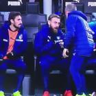 Video/ De Rossi, lite in panchina:  «Dovemo vince non pareggia'...»