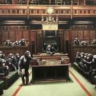 Bansky, asta record: «Devolved Parliament» venduto per undici milioni di euro da Sotheby's. L'artista: «Peccato non lo possedessi»