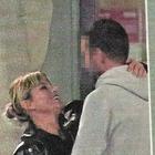 Emma Marrone, baci e abbracci con gli amici dopo la paura per l'intervento