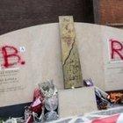 Scritta Br sul monumento a Moro, denunciato un autista Ncc: in casa la bomboletta spray