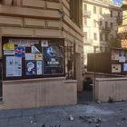 Piazza Bologna, atto vandalico alla sede del Pd: rubata la bandiera, parte del muro distrutto