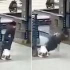 I video dalla Cina che terrorizzano il mondo: persone collassano in strada