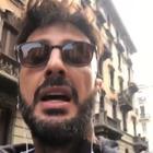 Fabrizio Corona, la minaccia choc contro il Grande Fratello Vip: «Mi farò vedere e sentire e tanti ne parleranno». Poi imita Ilary Blasi