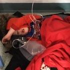Bimbo di 4 anni con la polmonite sul pavimento in ospedale per ore: foto choc sul web