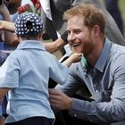Il principe Harry futuro papà, il bambino affetto dalla sindrome di Down gli fa un dispetto e lui reagisce così