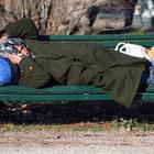 Clochard morto di freddo su una panchina: l'inverno fa un'altra vittima. «È il terzo in un mese»