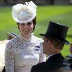 Glamour e cappelli esagerati al Royal Ascot: Kate Middleton sceglie il total white