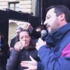 Salvini in Abruzzo, uovo manca il ministro e colpisce una casalinga