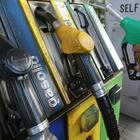 Vola il prezzo della benzina, mai così alto dal 2015. I consumatori: «Nas ai distributori»