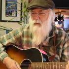 Morto David Olney, il cantante folk ha un malore durante un concerto. Le ultime parole: «Scusate»