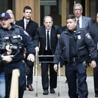 New York, al via il processo per stupro contro Weinstein arrivato con un deambulatore