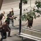 L'attacco rivendicato dall'Isis: terrorista fa esplodere auto e accoltella a morte un passante prima di essere ucciso dalla polizia