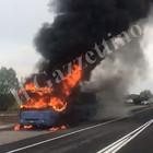 A fuoco autobus carico di studenti. L'autista si ferma e li fa scendere tutti /Foto