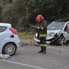 Roma, incidente fra tre auto vicino Capocotta: due feriti gravi estratti dalle lamiere