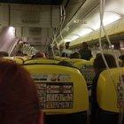 Ryanair, paura in volo: atterraggio d'emergenza e 33 passeggeri in ospedale