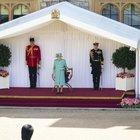 La Regina Elisabetta sola sul palco, compleanno a Windsor con mini parata
