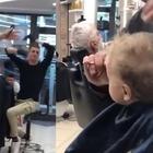 Il bimbo piange dal barbiere, i clienti cantano: «Ci son due coccodrilli...» Video