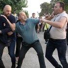 Il sindaco di Salonicco aggredito e preso a calci da estremisti di destra