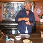 «C'avete rotto»: Grillo sbotta sui social e apre una scatoletta di tonno in cucina