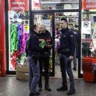 Mestre, baby gang nel negozio: commerciante si difende, 2 accoltellati