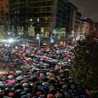Liliana Segre, folla a Milano per il presidio di solidarietà: a migliaia sotto la pioggia