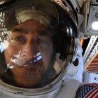 Passeggiata spaziale con imprevisto: l'astronauta lascia cadere uno specchietto, ora vaga nell'universo