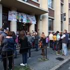 Bimbo morto a Milano, fiori alla scuola Pirelli FOTO