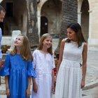 Letizia di Spagna, total white per le vacanze: outfit abbinato a quello della figlia Sofia