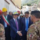 Il premier Conte sbarca a Ischia: «Decreto ad hoc per il terremoto»