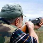 Anziano dal grilletto facile, si addestra con il fucile in giardino: denunciato