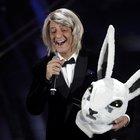 Sanremo 2020, Fiorello entra in scena travestito da coniglio e... Maria De Filippi