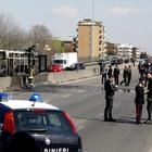 Tentata strage sul bus di studenti, i carabinieri: «Grazie ai nostri eroi di Milano»