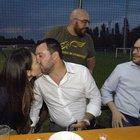 Salvini bacia Francesca alla festa della Lega: il vicepremier non ha occhi che per lei