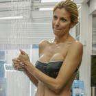 Grande Fratello Vip, Adriana Volpe e la sexy doccia a 46 anni fa impazzire i fan: «Sei bellissima»