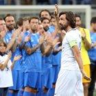 """Pirlo dà l'addio al calcio: Totti e Vieri danno spettacolo, poi tutti in piedi per il """"Maestro"""""""