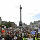 Covid, nuova protesta a Londra contro il lockdown: oltre 15mila persone a Trafalgar Square